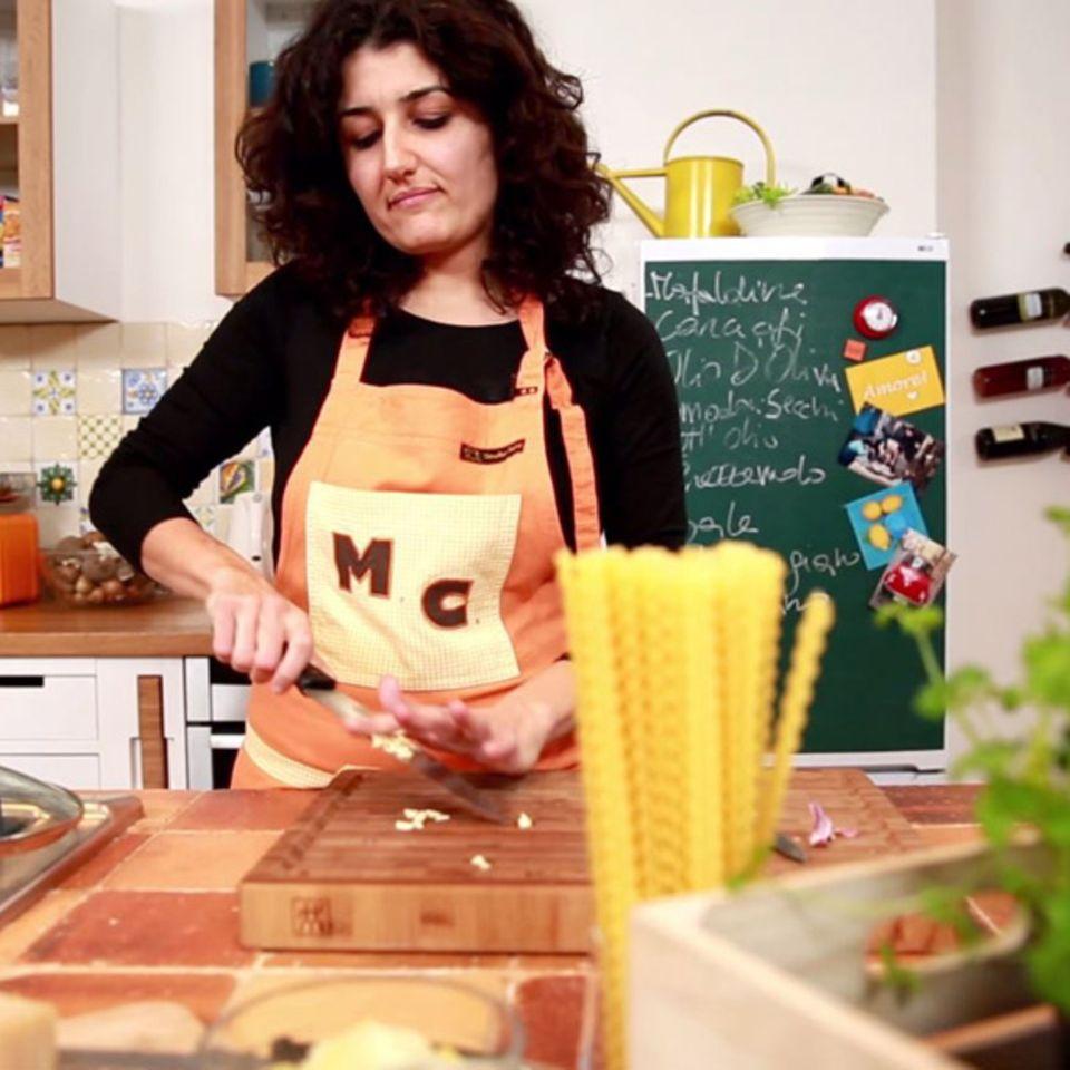 Für die Mafaldine Con Carciofi schneidet Louisa Giannitti frischen Knoblauch.