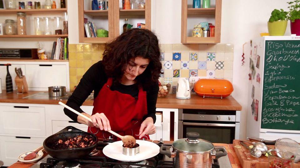 Luisa Giannitti bringt den Reis mit einem Metalring in Form.