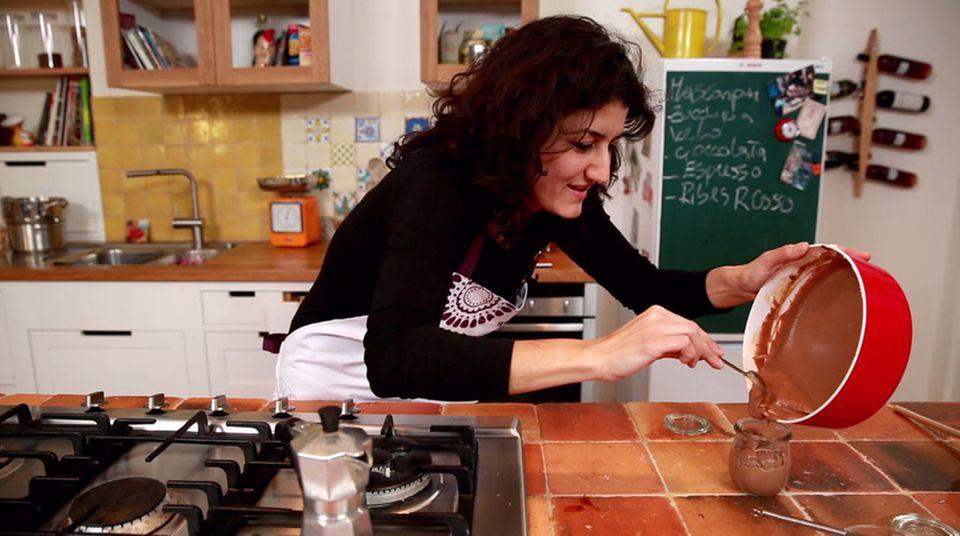 Luisa Giannitti füllt die Mascarpone-Creme in ein Weckglas.
