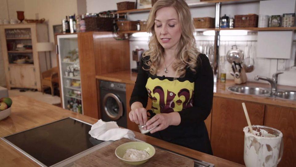 Nicole Just würzt den veganen Nusskäse