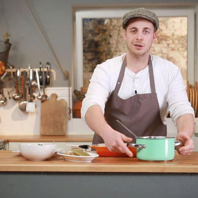 Fabio Haebel schichtet eine Lachs-Spinat-Lasagne auf.