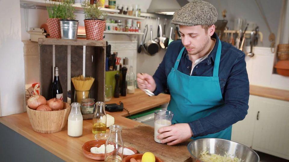 Fabio bereitet die Mayonnaise zu.