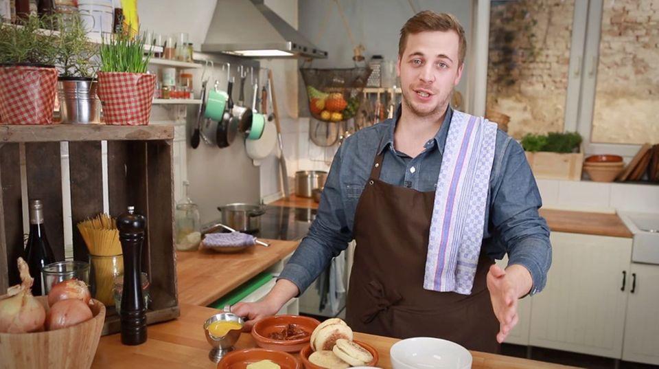 Fabio Haebel bereitet Eggs Benedict zu.