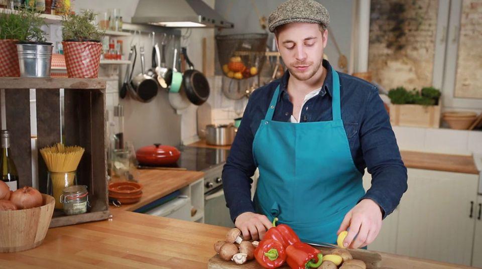 Fabio Haebel verfeinert das ungarische Gulasch mit Gemüse.