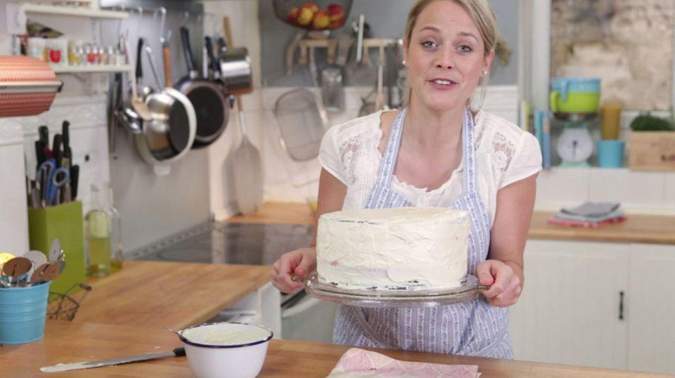 Der Kuchen kommt kurz in den Kühlschrank, damit die Creme fest wird
