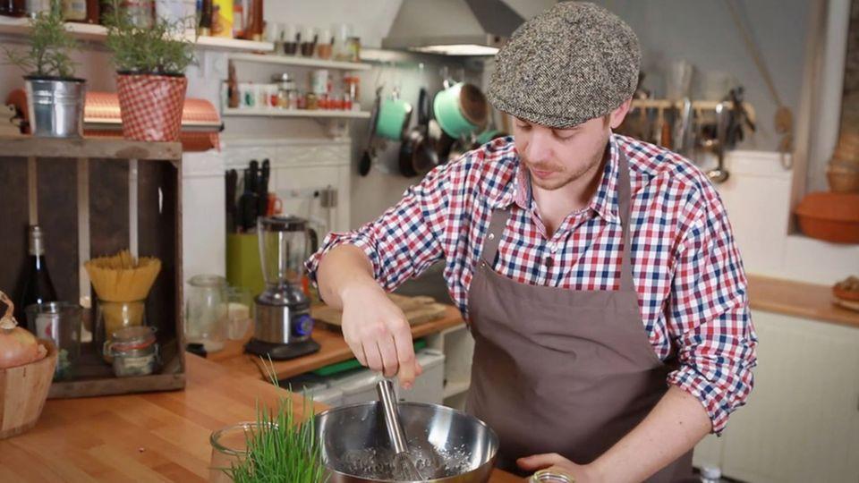 Fabio Haebel bereitet den Badischen Kartoffelsalat zu.