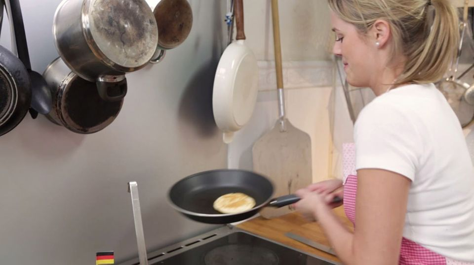Rike Dittloff backt einen Pancake