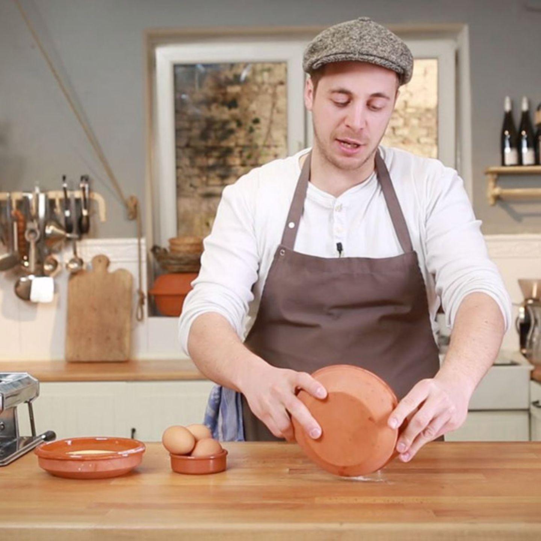 Fabio Haebel bereitet Pastateig zu.