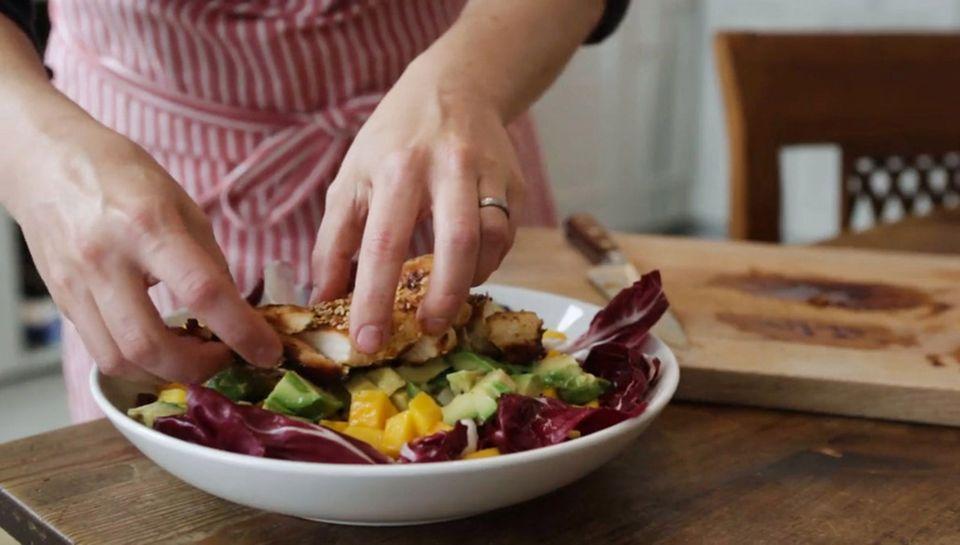Anne Lucas macht einen frischen Avocado-Mango-Salat.