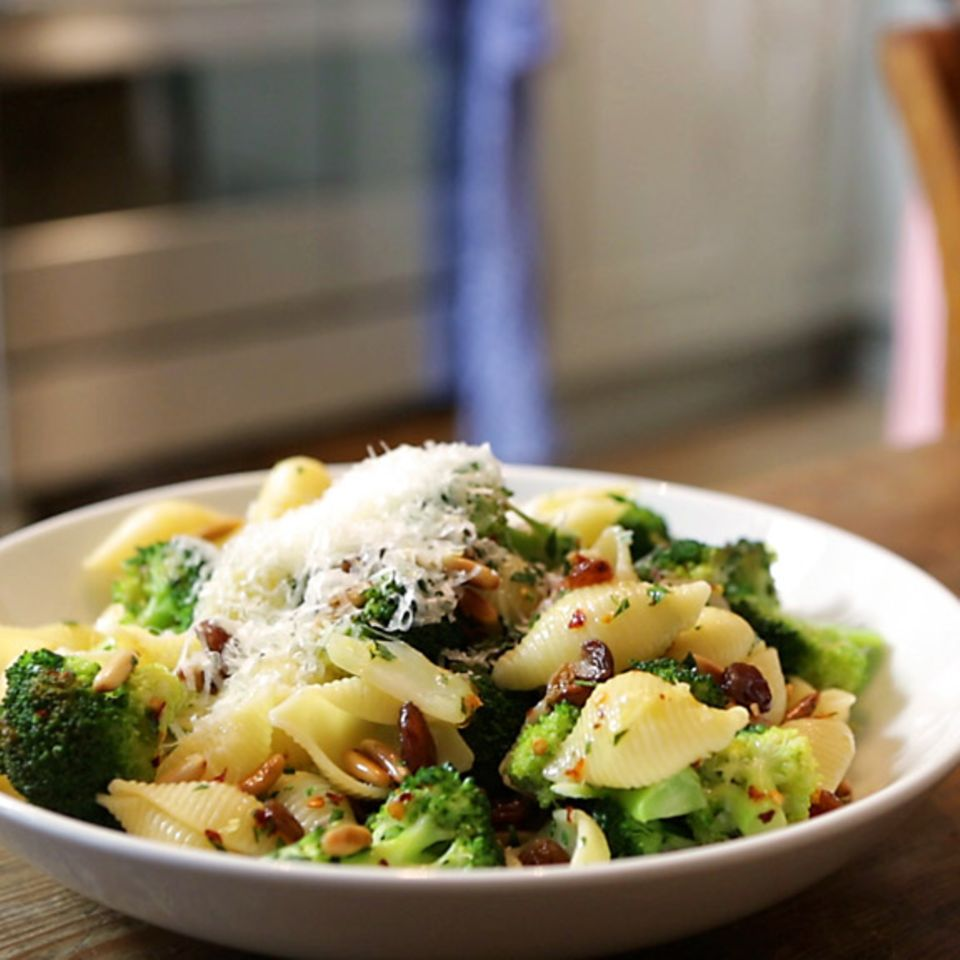 Pasta mit Brokkoli und gerösteten Pinienkernen von Anne Lucas