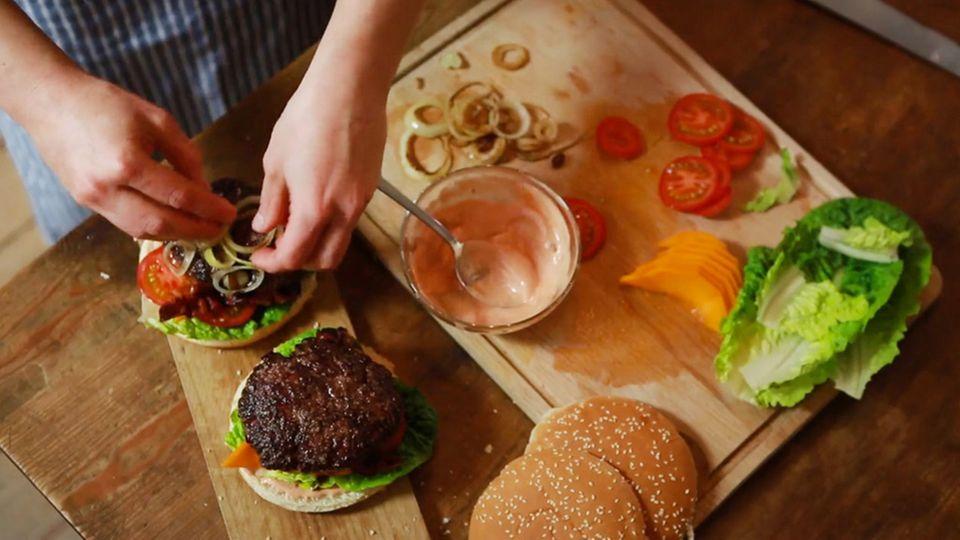 Anne Lucas bereitet leckere Burger mit Mangos und frischen Rinderhack zu.