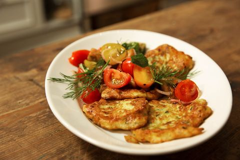 Zucchini-Ricotta-Puffer mit buntem Tomatensalat von Anne Lucas