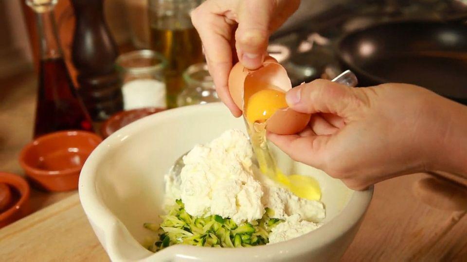 Die Zucchini-Ricotta-Puffer von Anne Lucas sind schnell zubereitet.