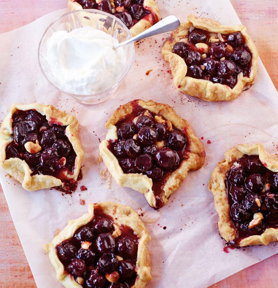 Köstliche Nascherei: diese kleinen Kirsch-Pies werden mit Süßkirschen zubereitet