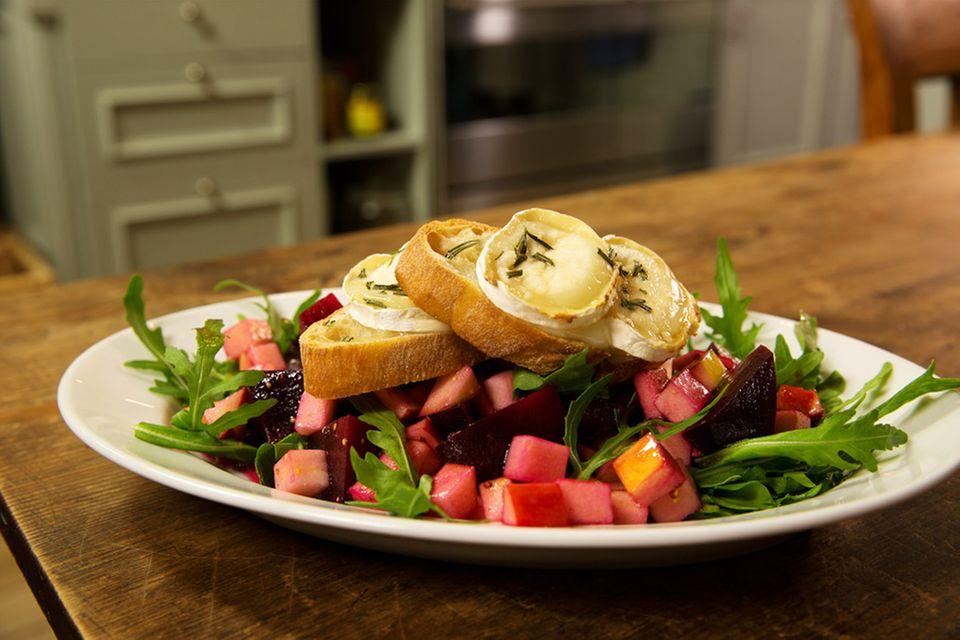 Rote-Bete-Apfelsalat mit Ziegenkäse-Crostini von Anne Lucas