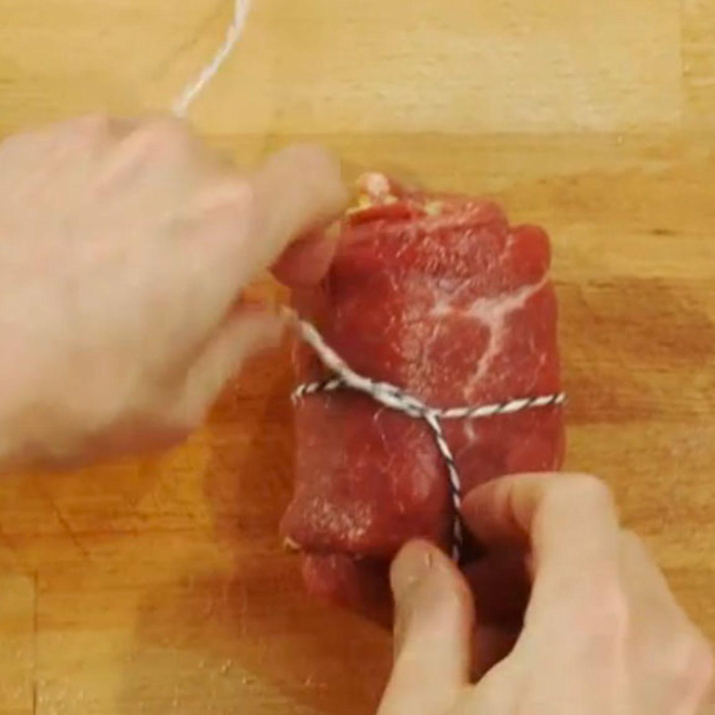 Rouladen werden klassisch mit Küchengarn zusammengebunden.