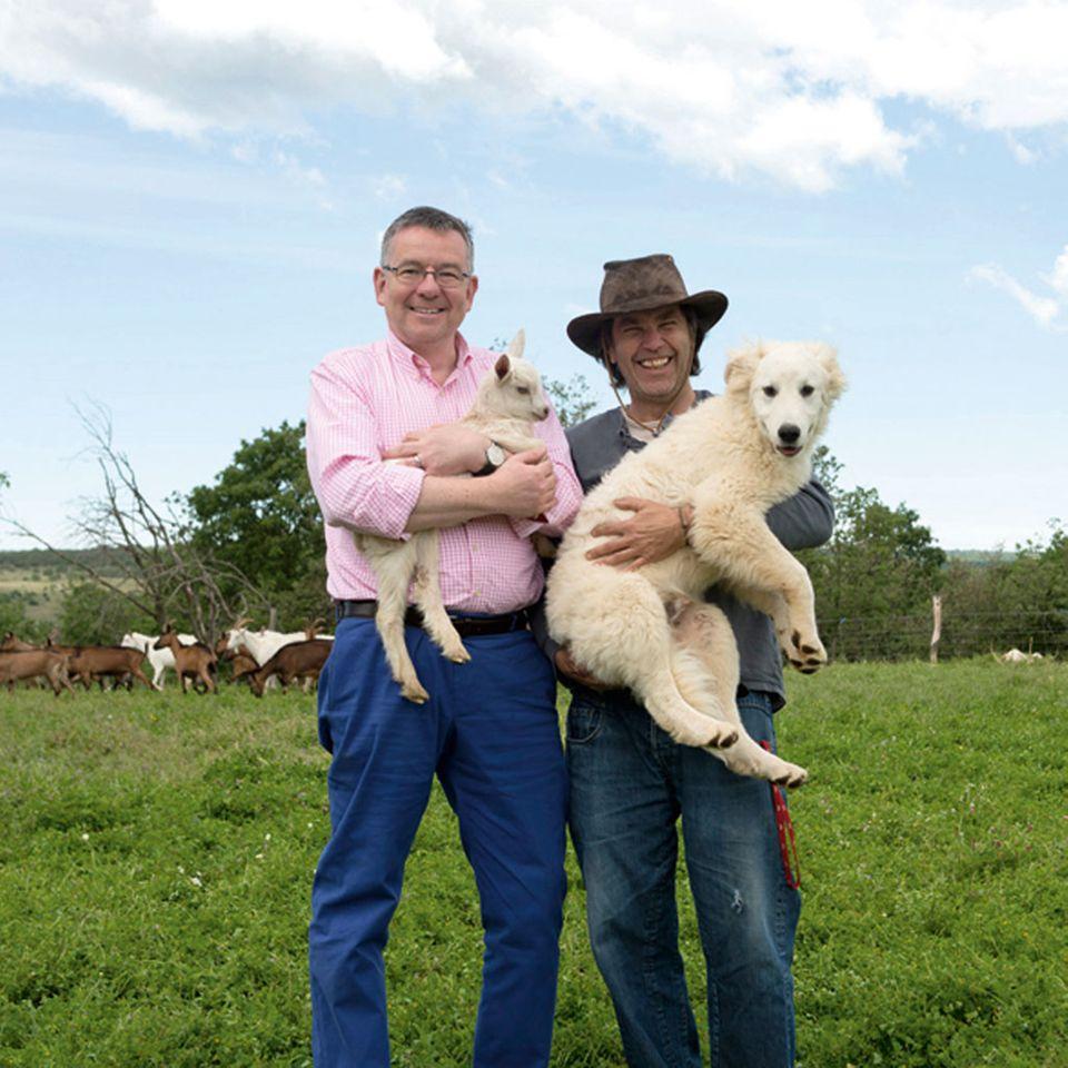 Kay-Henner Menge (l.) zu Besuch auf Aleš Winklers (r.) Ziegenfarm