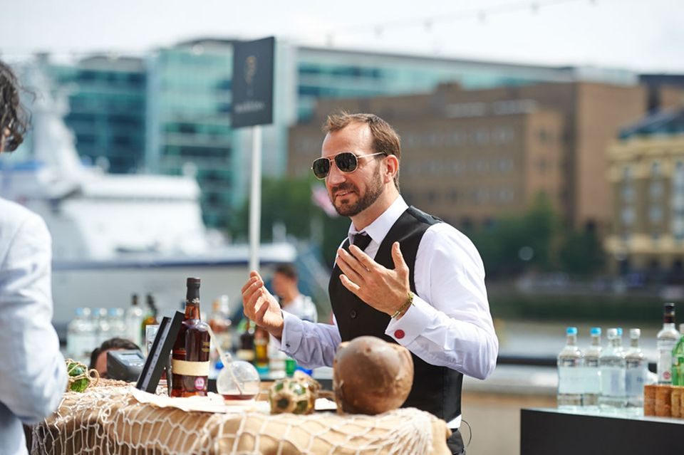 """World Class Bartender 2014: Charles Joly mixt seinen Signature Drink """"Above the clouds"""""""