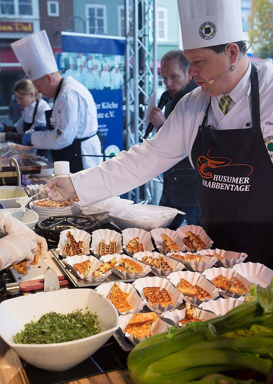 Bei den Husumer Krabbentagen 2014 wird viel gekocht und es darf auch gleich probiert werden