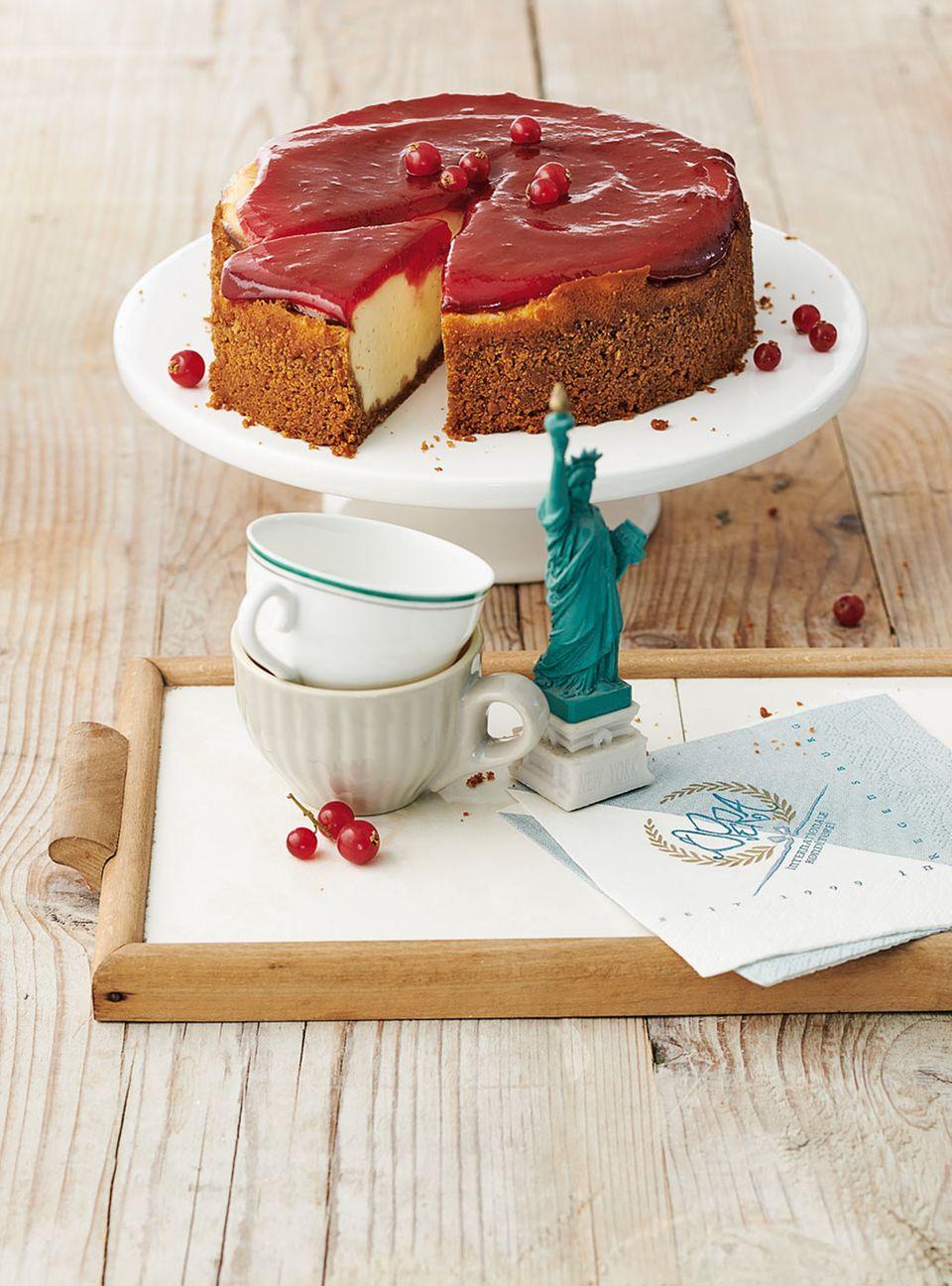 New York Cheesecake mit fruchtigem Johannisbeer-Topping