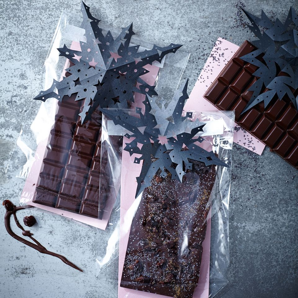 Selbstgemachte Schokolade hübsch verpackt mit Papiersternen