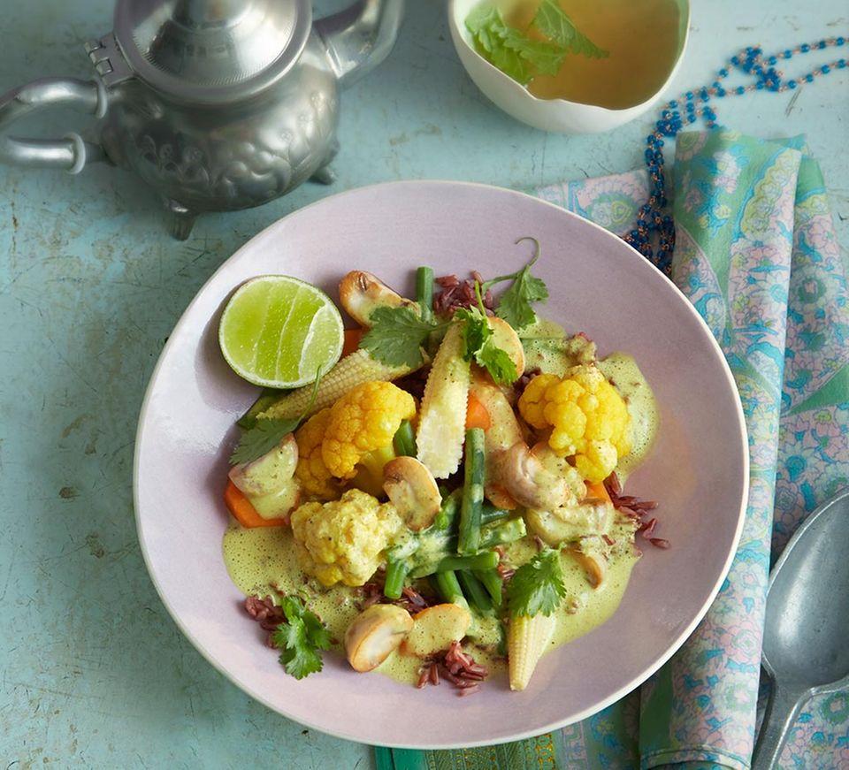 Gewürzt mit Kurkuma, Ingwer und Koriander: Gemüse-Curry mit rotem Reis