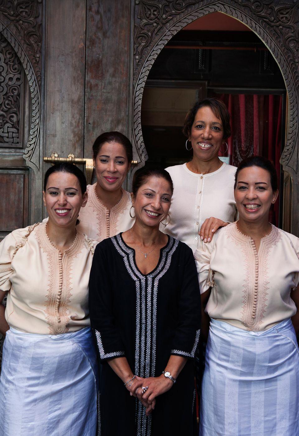 """Im """"Al Fassia""""kochen und servieren nur Frauen unter der Leitung von Saida Chab (2. v. r.)"""