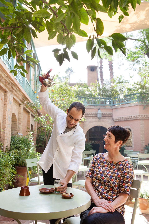 """Tee eingießen ist Männersache - auch im """"Café Bousafsaf"""""""