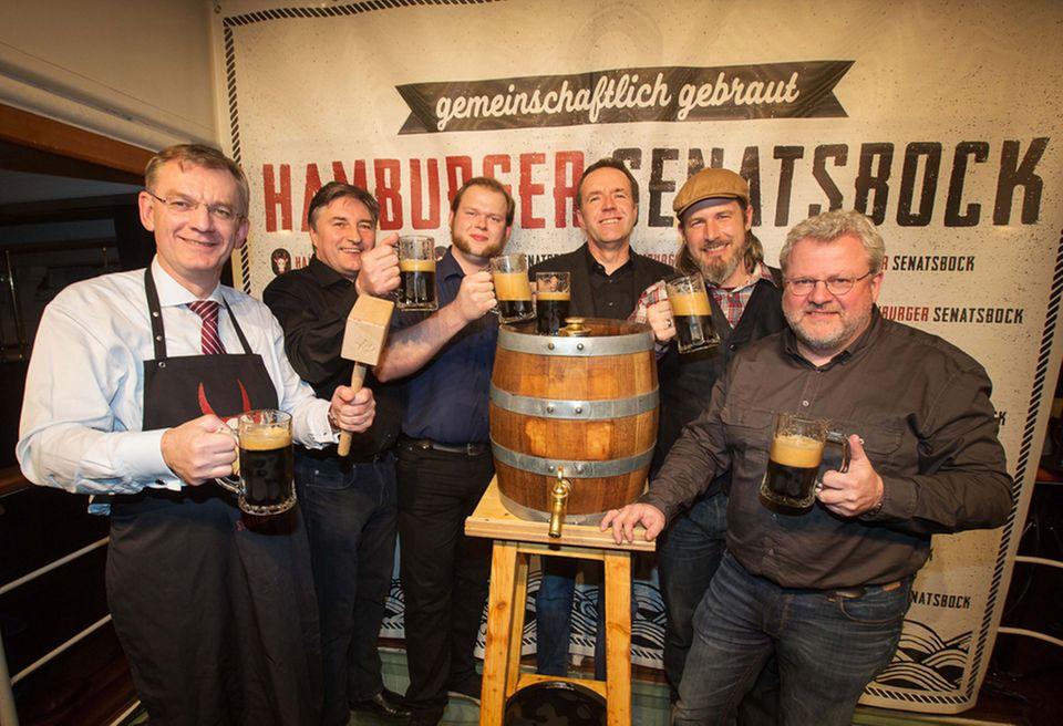 Feierlicher Anstich: Uwe Seelers Neffe Joachim Seeler (links) beim Anstich mit den fünf beteiligten Braumeistern