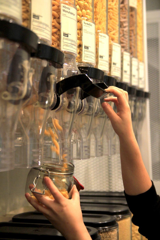 Pasta einfach in mitgebrachten Gläsern selbst abfüllen