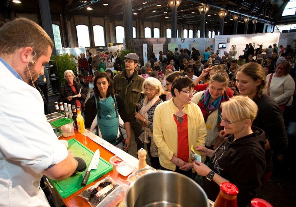 Auf dem Heldenmarkt wird viel geboten: Unter anderem vegane Kochshows