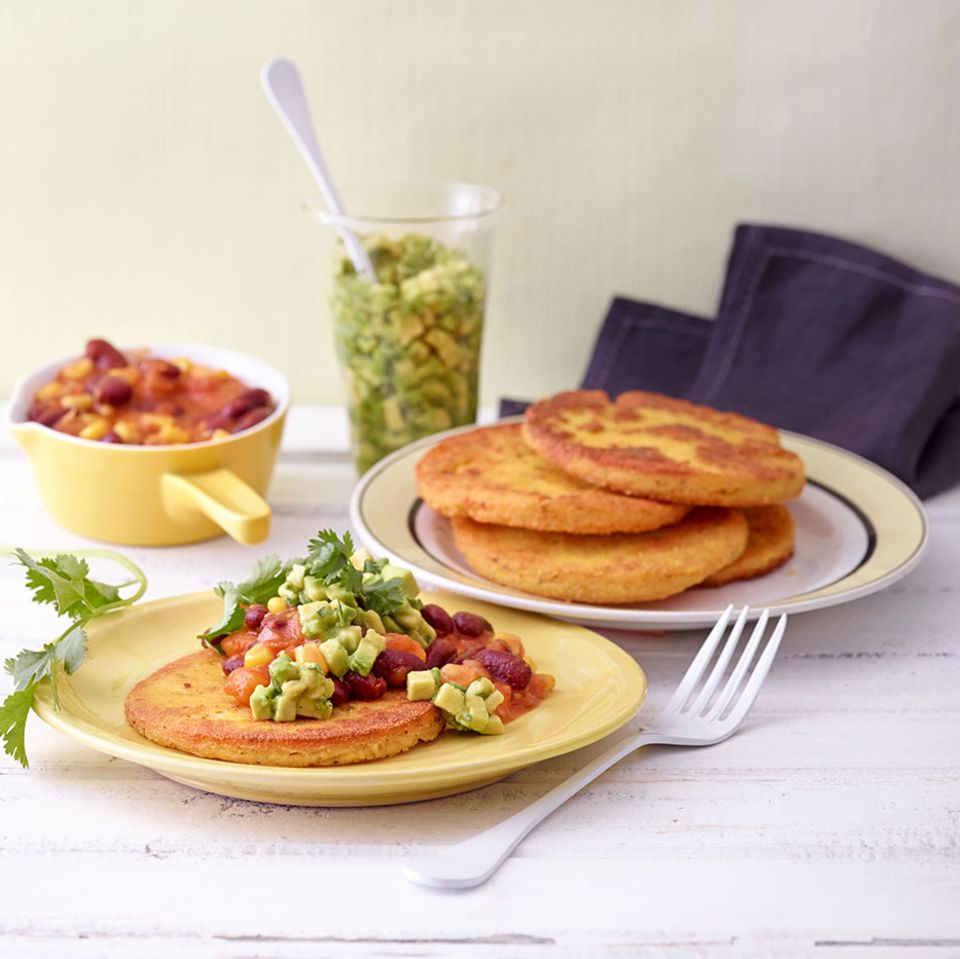 Veganes Gericht mit dem Superfood Avocado: Mexikanische Polenta-Taler mit Chili und Guacamole