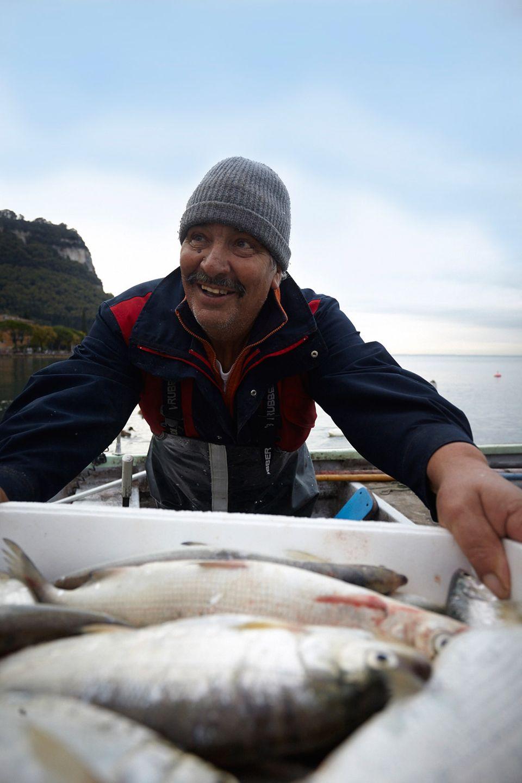 Fischer Mario mit frischem Fang im Hafen von Garda