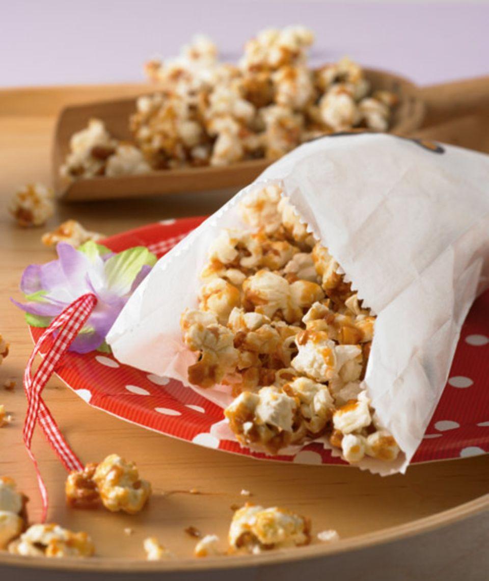 Popcorn, Nüsse und Partyschnecken sind die perfekten Begleiter für Ihre Party