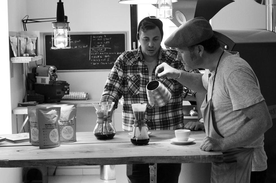 Fabio Haebel zu Besuch bei Kaffeeröster Jan-Cort Hoban