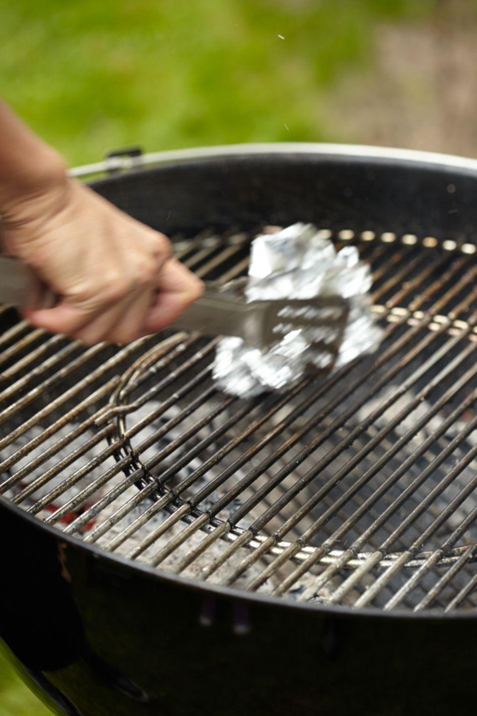 Alufolie - der ultimative Trick für einen sauberen Grill!