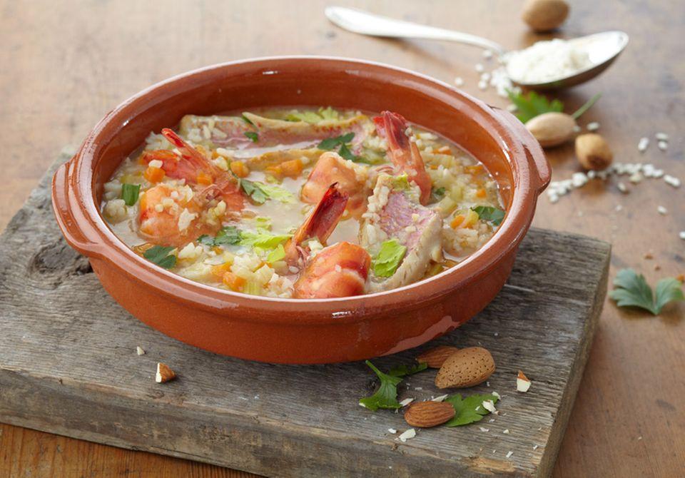 Viele Gerichte der spanischen Küche werden wie dieser Reiseintopf traditionell in tönernem Geschirr serviert