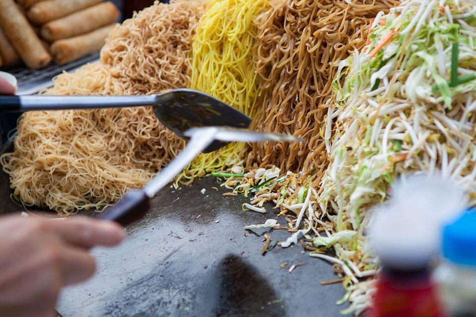 Auf asiatischen Märkten werden gern verschiedene Nudelsorten auf einer heißen Platte mit Gemüse zu einem schnellen Geric