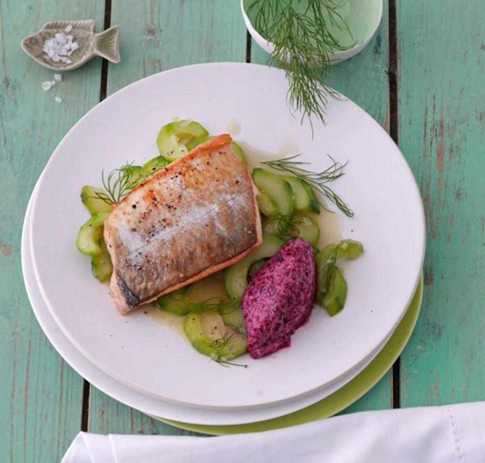 Gesund, lecker und für ein Abendessen optimal: Saibling auf lauwarmem Gurkengemüse