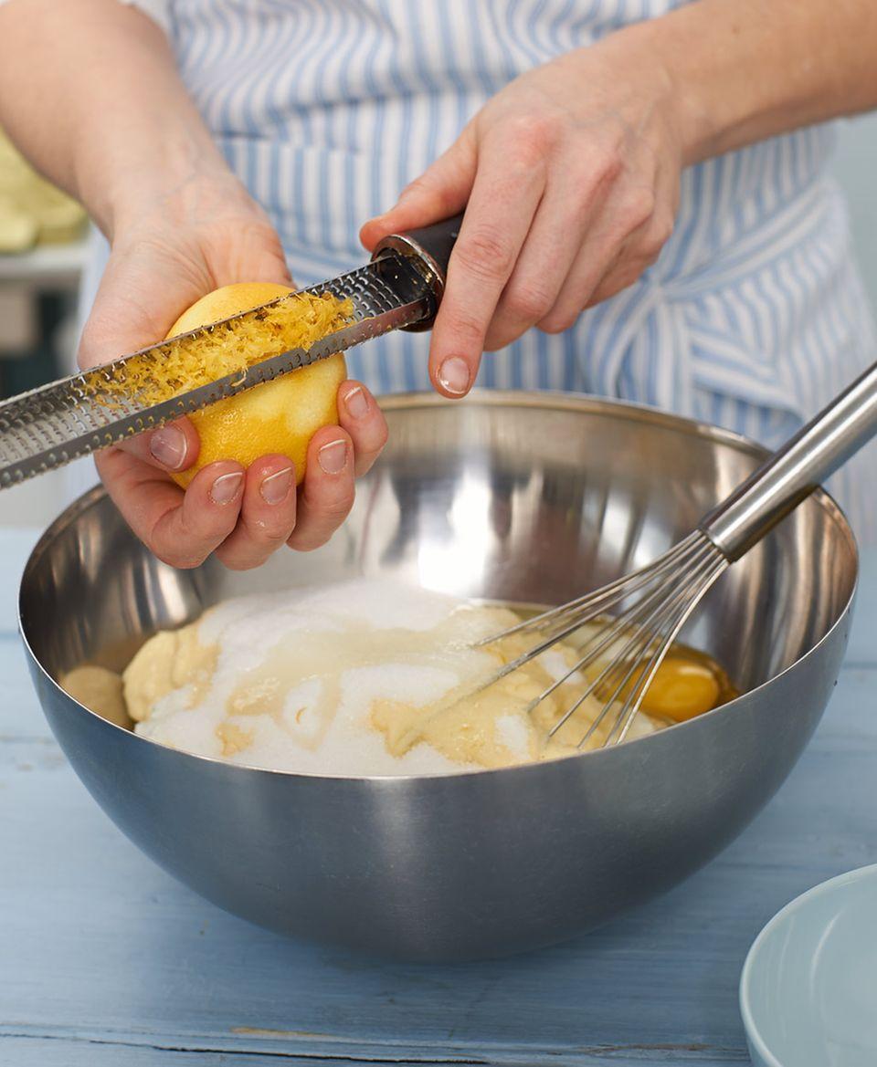 Zitrone zur Quarkmasse geben