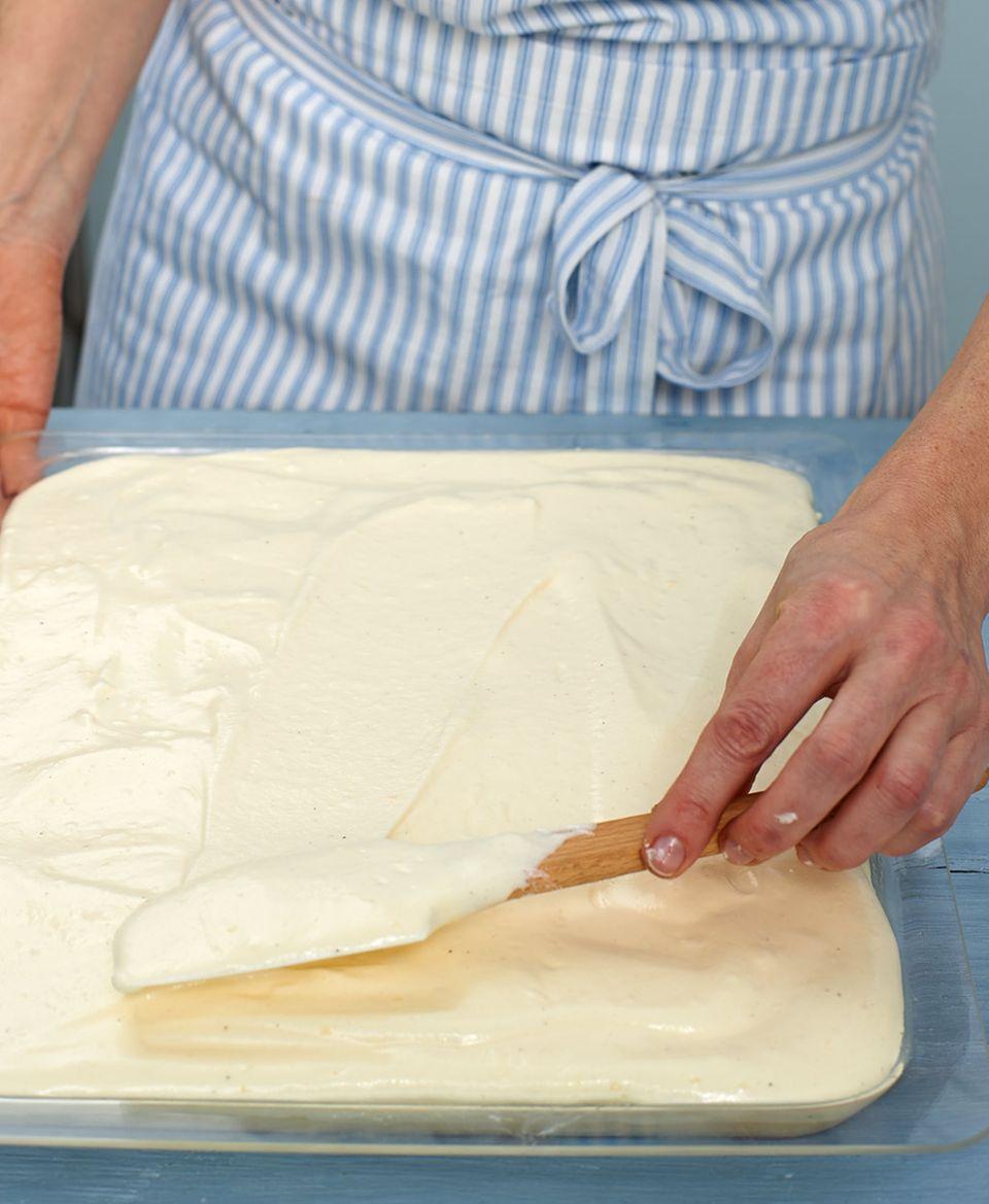 Als zweite Schicht kommt Pudding-Eischnee auf den Kuchen