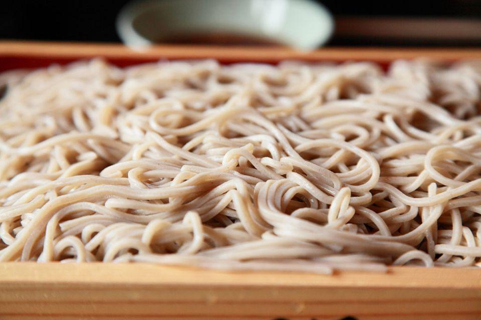 Soba-Nudeln können im Sommer kalt und mit Sojasauce serviert werden