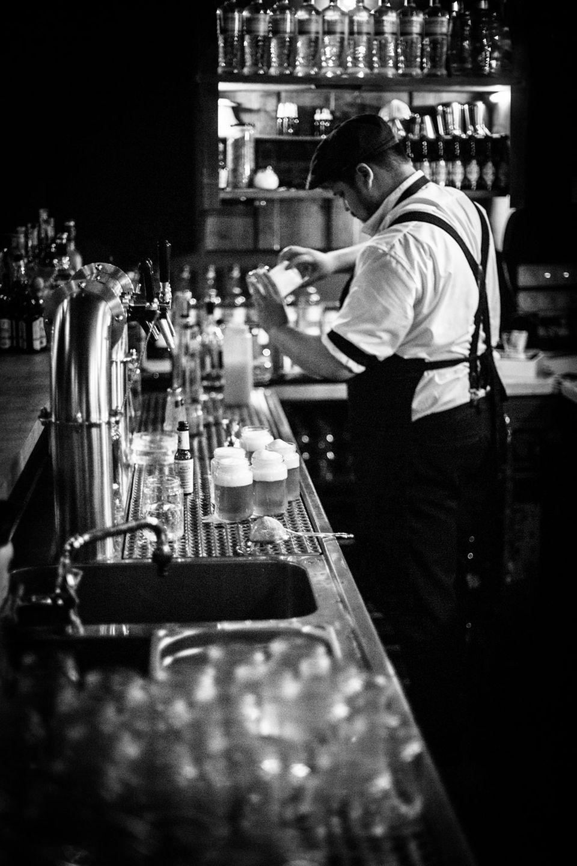 """Bartender hinter der Bar """"Kleines Phi"""" bei der Zubereitung leckerer Drinks"""