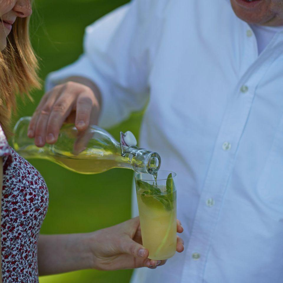 Perfekter Durstlöscher: Apfelsaft, Selter, Holunderblütensirup – und frisches Basilikum