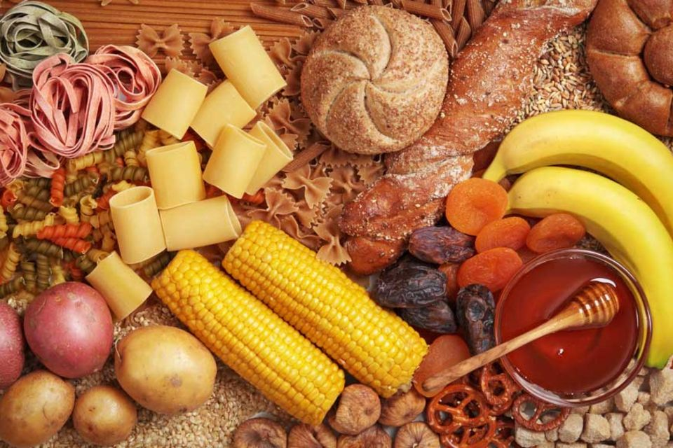 Kohlenhydrate stecken zum Beispiel in Honig, Früchten und Vollkornprodukte