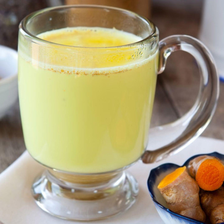 Auch als Kurkuma Latte bekannt: Kurkuma macht die Farbe und Wirkung der Milch so golden