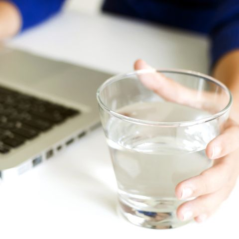 Für die Gesundheit: Während der Arbeit ans Trinken denken.