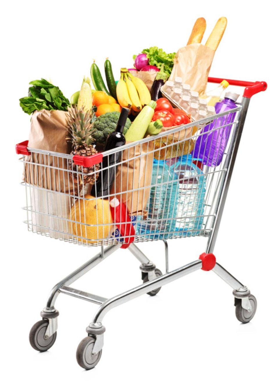 Schwere Produkte stehen im Einkaufswagen besser unten, Gemüse und Obst obendrauf