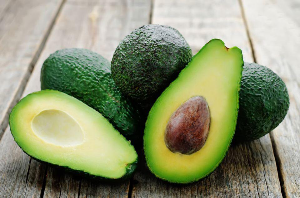 Die Avocado der Sorte Fuerte ist birnenförmig, hat eine glatte Schale und blasses cremiges Fleisch