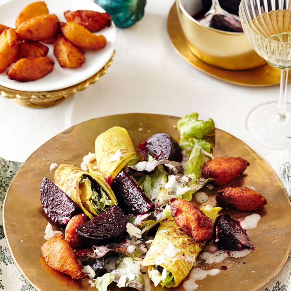 Vegetarisches Menü: Rote Bete mit gefüllten Pfannkuchen